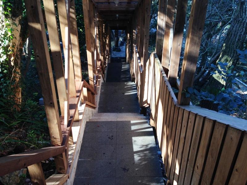 岩風呂へと続く階段