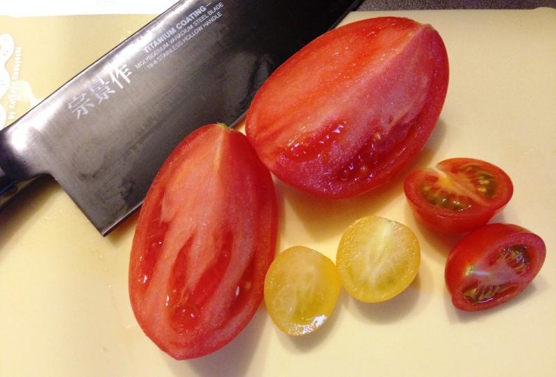 西海トマトをカット