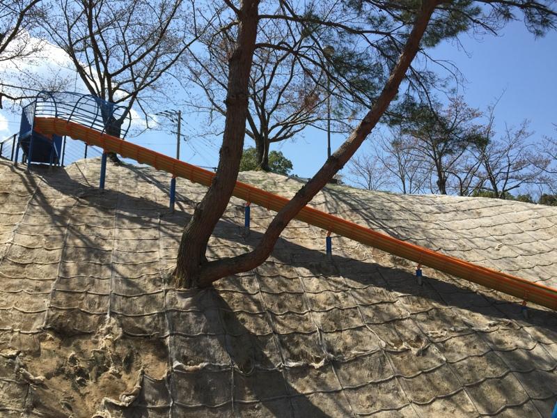 斜面に設置された滑り台