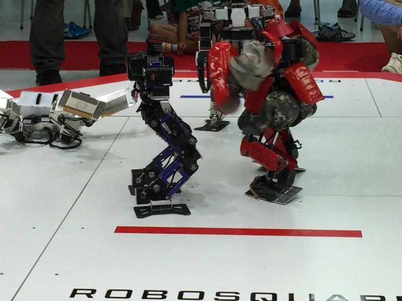 ロボット達が入り乱れたバトル