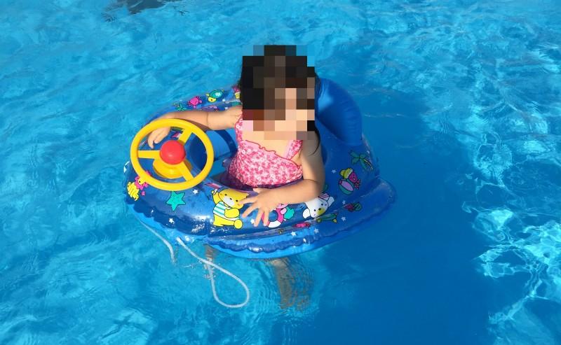 プールで遊ぶ娘