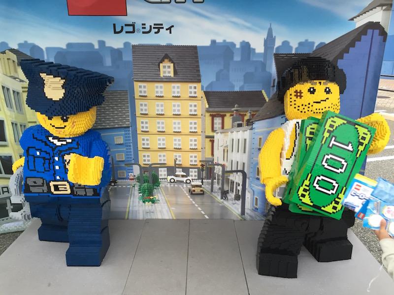 レゴ人形と記念撮影