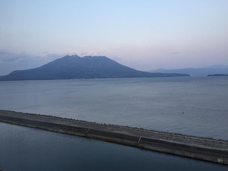 眼前に桜島と碧く穏やかな錦江湾