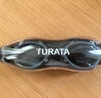 Turataスイミングゴーグルは耳栓・鼻栓・ケース付きでお得!