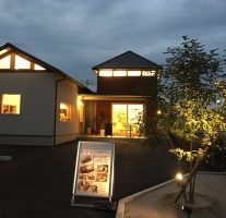 『AT CAFE』@那珂川町松木は窓から漏れる灯りがあたたかい。