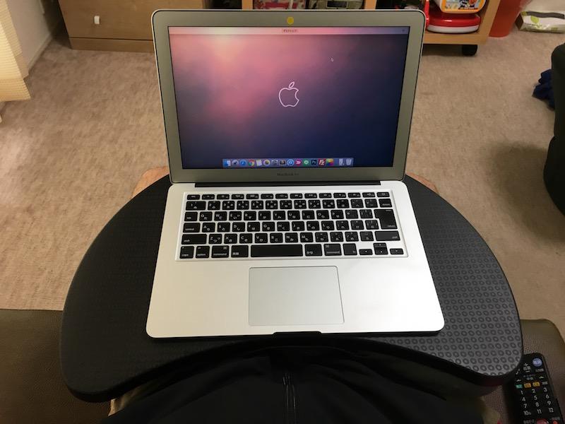 ソファーでMacBook