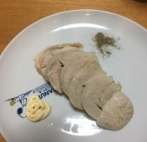 鶏ハムをつくり置きしておくと便利。香味野菜に1日漬けて茹でると風味がよくなる。
