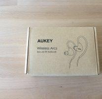 AUKEYのBluetoothイヤホン『EP-B16』はシュア掛け式で安定の装着感。